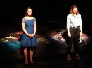 Tara Nicodemo et Laurence Dauphinais dans Cinq visages pour Évelyne Frost