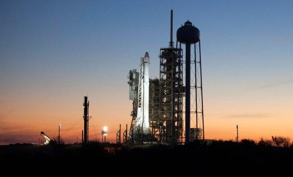 Une fusée Falcon 9 sur sa rampe de lancement.