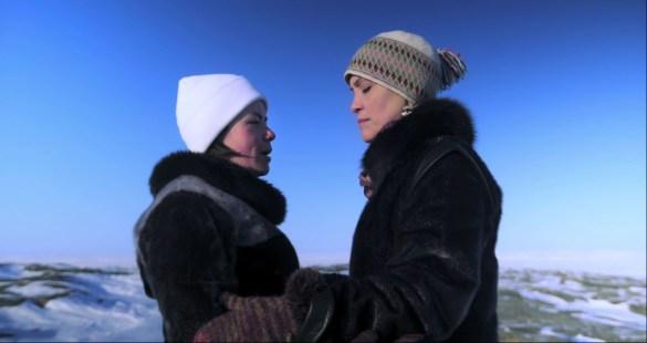 Kathleen Ivaluarjuk Merritt et Susan Aglukark pratiquent le chant de gorge dans les espaces du Grand Nord.