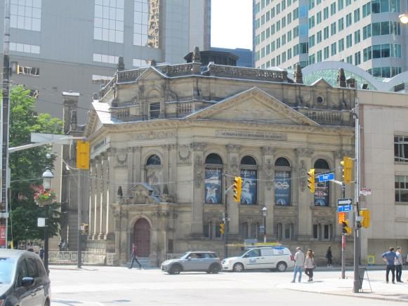 Le Temple de la renommée du hockey à l'angle de Front et Yonge.