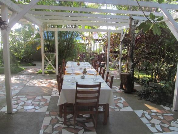 Salle à manger à ciel ouvert à la Villa Ban Yen.