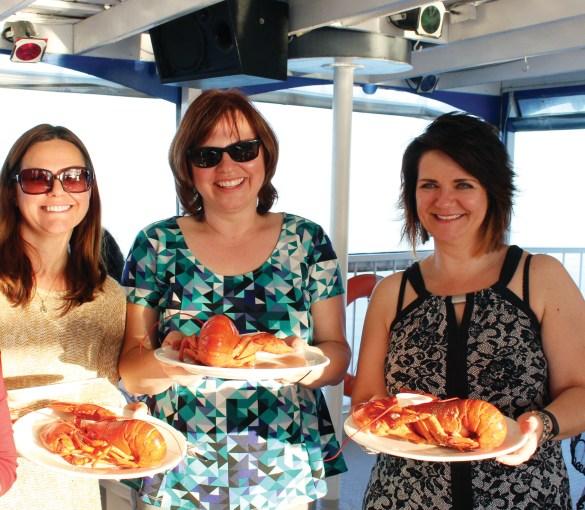 Trois femmes et leur homard. (Photo: Johanne Robichaud)