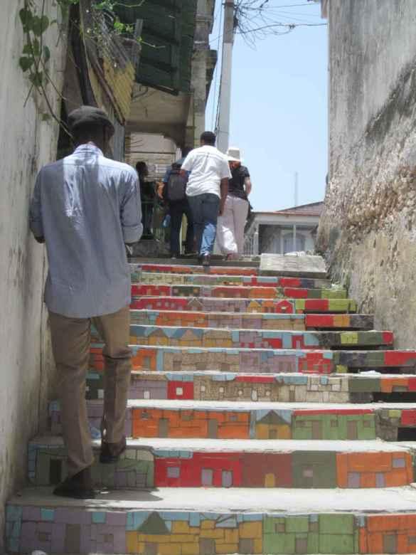 Ruelle en escalier réunissant le bas et le haut de Jacmel.