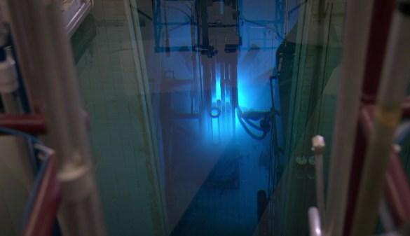 Une partie du réacteur nucléaire de l'Université McMaster dans son bassin d'eau.