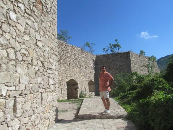 Rudolf Dérose devant le fort Décidé.