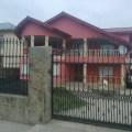 Fatada de casa rosie cu tencuiala decorativa