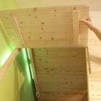 Damit man die Matratze bzw. das Bettlaken im Hochbett leichter wechseln kann, ist das Dach auf dieser Seite aufklappbar.