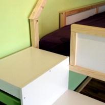 Praktisch: Die oberste Stufe des Trofast-Regals reicht gerade bis zum Einstieg in das Hochbett.