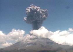 G17061315.JPG MÉXICO, D.F.- Volcano/Volcán-Popocatépetl.-  El volcán Popocatépetl registró una explosión a las 13:23 horas, que generó una columna eruptiva de ceniza de más de 4 kilómetros de altura y lanzó fragmentos incandescentes a distancias de hasta
