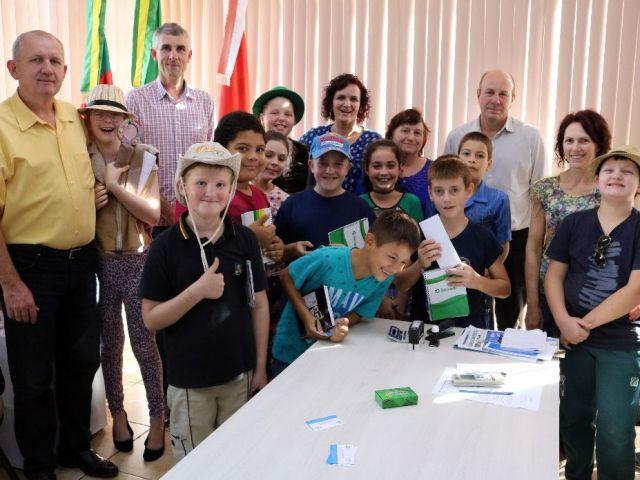 Alunos do 4º ano da Escola Estadual Joaquim José da Silva Xavier realizaram uma visita ao Prefeito Dionisio