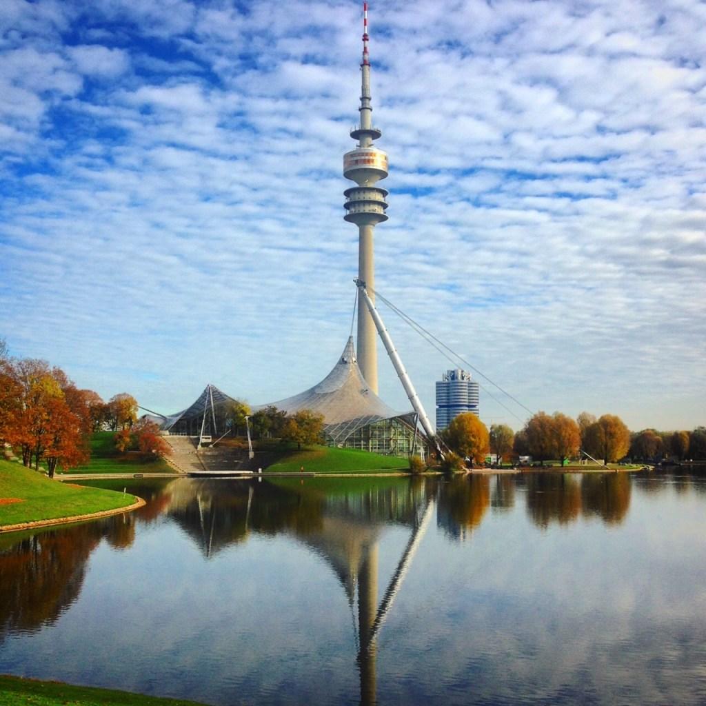 Olympiaturm in München an einem Herbstmorgen