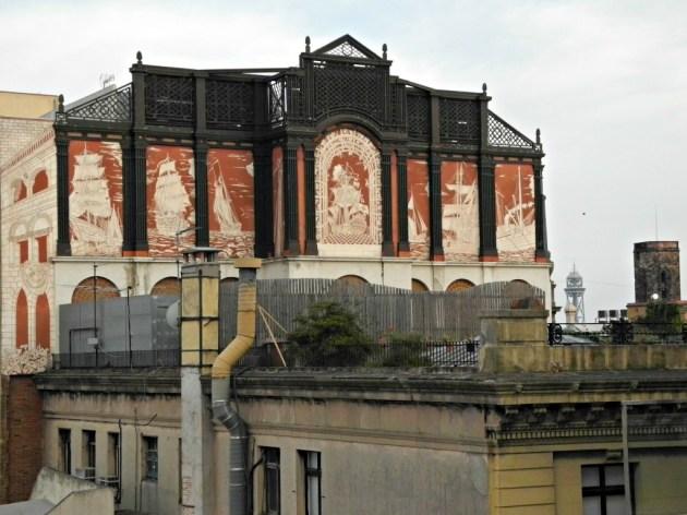 Pared medianera visible desde la terraza del Grand Hotel Central.