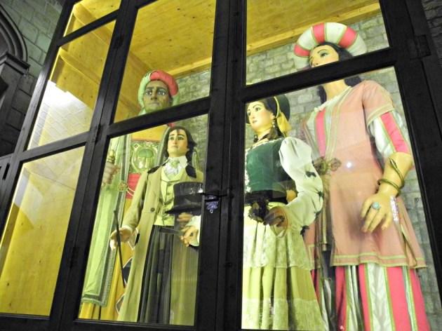 Figuras originales en una vitrina a la entrada de Sta. Maria del Pi.