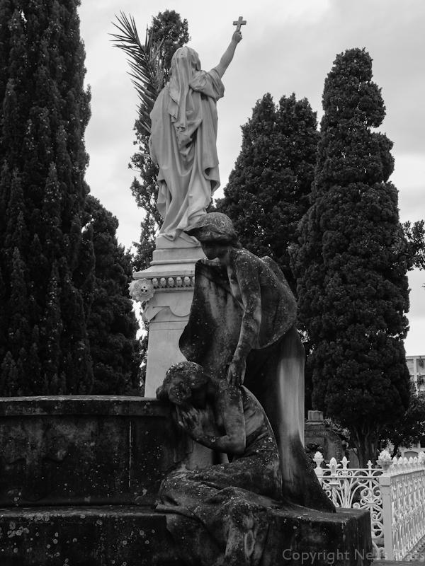 En primer plano escultura obra de Josep Llimona.