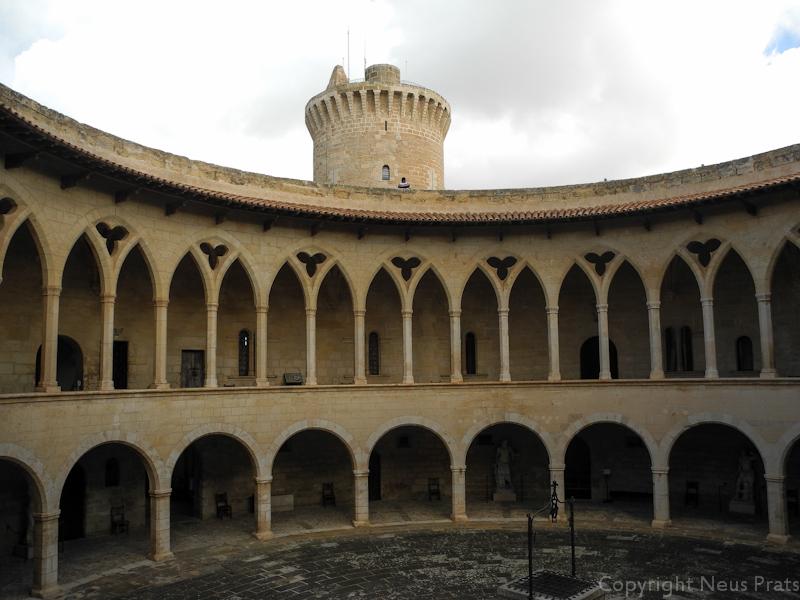 Arcos góticos que dan al patio de Armas con la torre del homenaje al fondo.