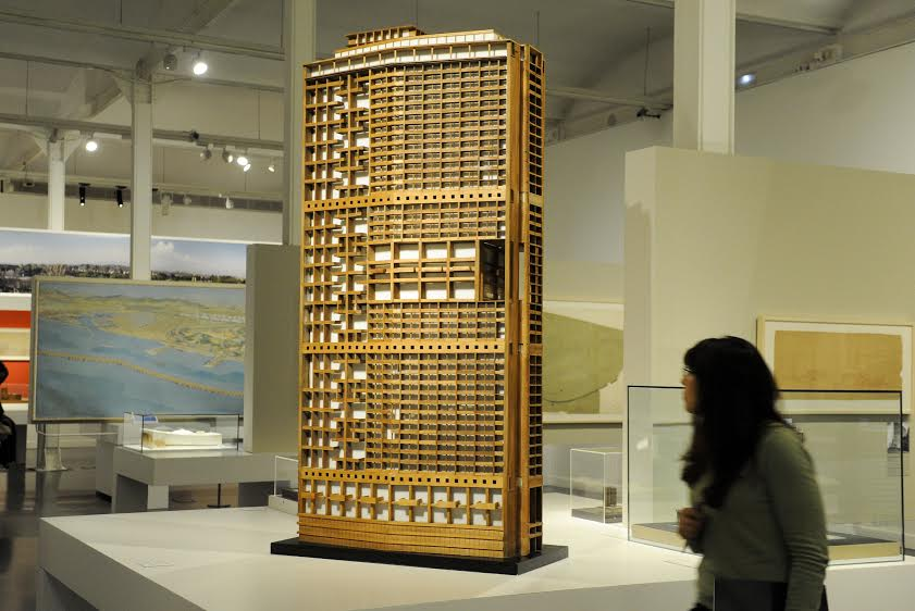 Foto de CaixaForum con la maqueta del rascacielos de Algel