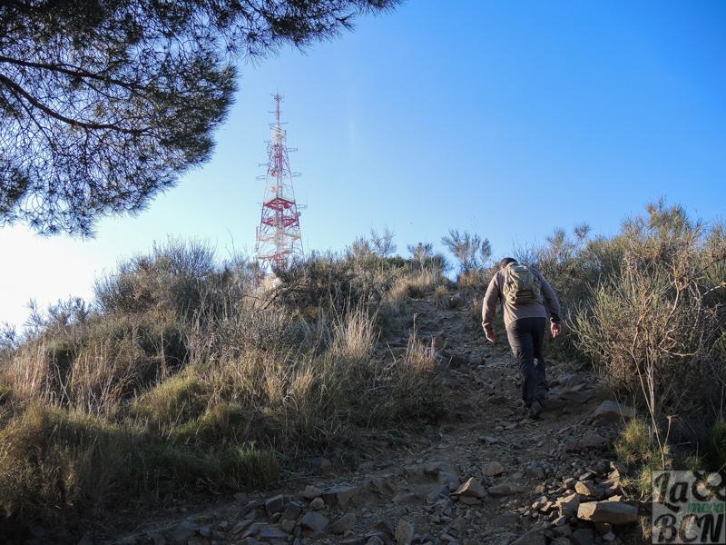 Subiendo por el pequeño sendero a Sant Pere Màrtir.