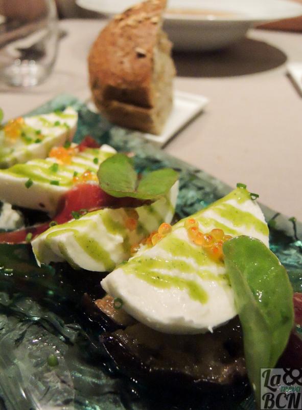 Amanida de mozzarella, pernil d'ànec i albergínia rostida.
