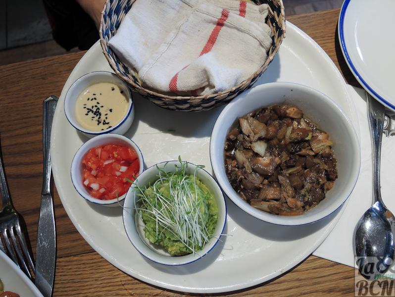 No digas tacos. Tacos de maíz, guacamole, salteado de berenjena, shitake y col blanca, picos de gallo y crema de anacardos.