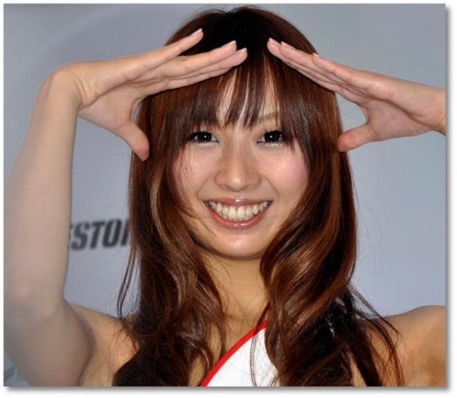 髪の毛をメッシュに染めた巻き髪の明るく若くきれいな女性の顔写真