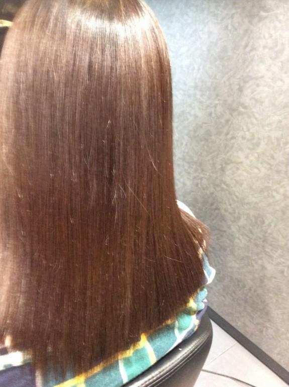 縮毛矯正アフター画像です。斜め後ろから撮りました。ピカピカサラサラになりました。触ってみるとツルツルに髪の毛が変化しているのが確認出来ます。毛先の部分もかなり良い状態に回復しました。トップには天使の輪が出来ました。