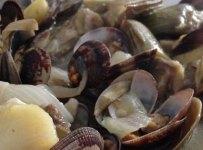 Plato de alcachofas y patata con almejas