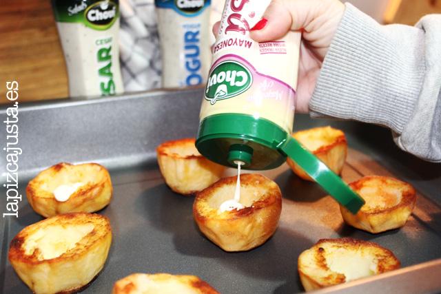 Rellena el hueco de las patatas con un poco de salsa Ajonesa Choví