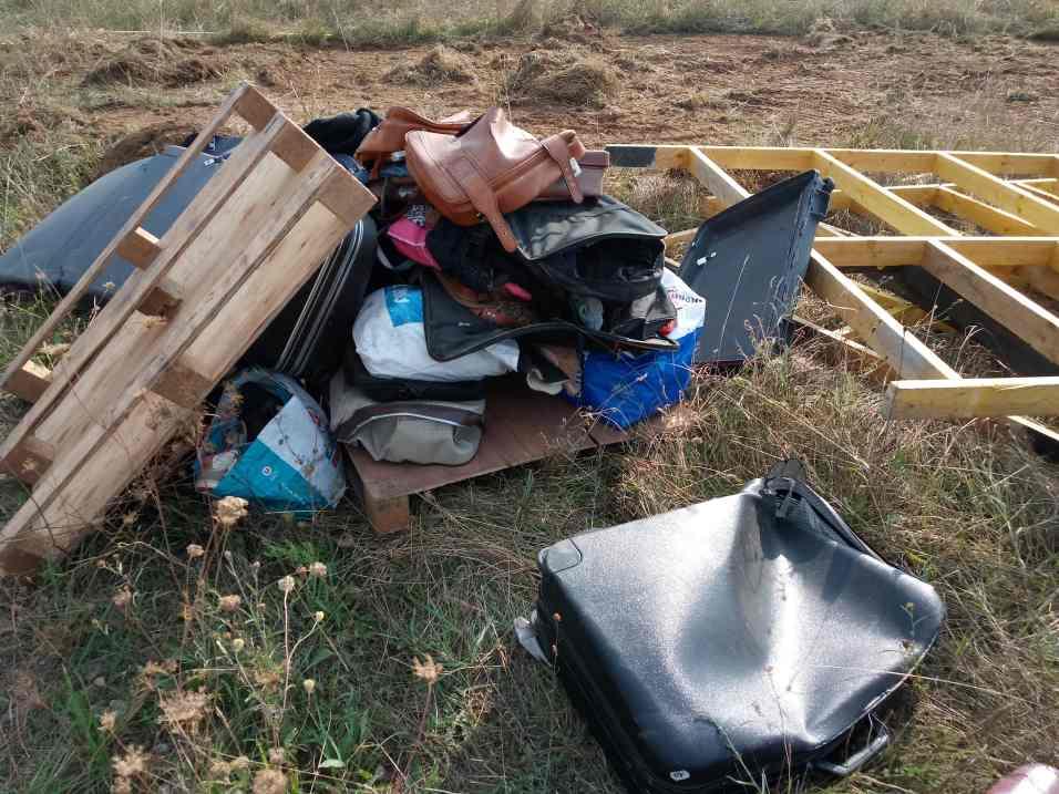 Préparation et mise en place des accessoires de décor pour un film catastrophe (Sergueï).