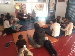 Parents et enfants étaient unis pour les ateliers de yoga et de massages relaxants.