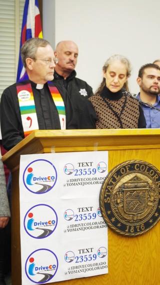Reverendo Wayne Laws junto al Alguacil Joe Pelle y a la  dirigente Jennifer Piper