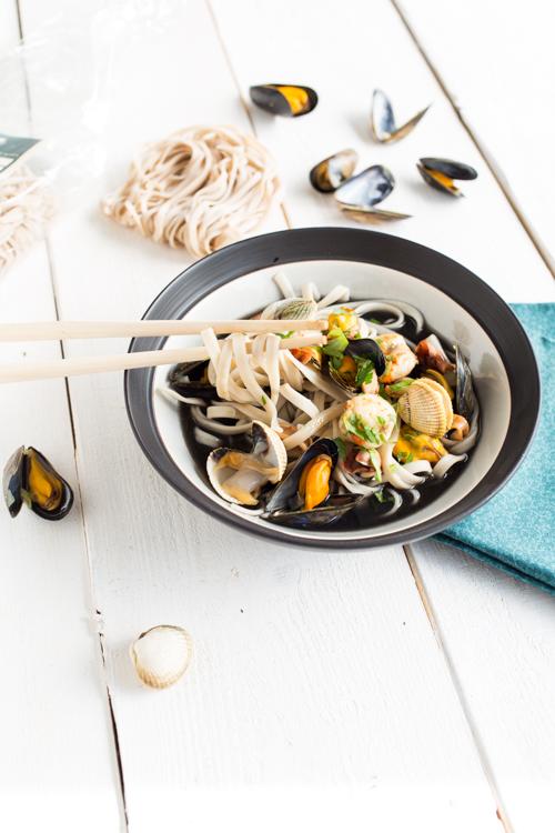 fettuccine en bouillon a l encre de seiche et fruits de mer 3
