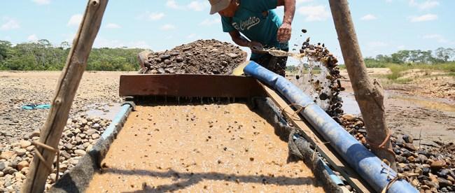 Minero ilegal en la zona de amortiguamiento de la Reserva Nacional Tambopata, en Madre de Dios (Perú). Foto: Audrey Cordova/SPDA