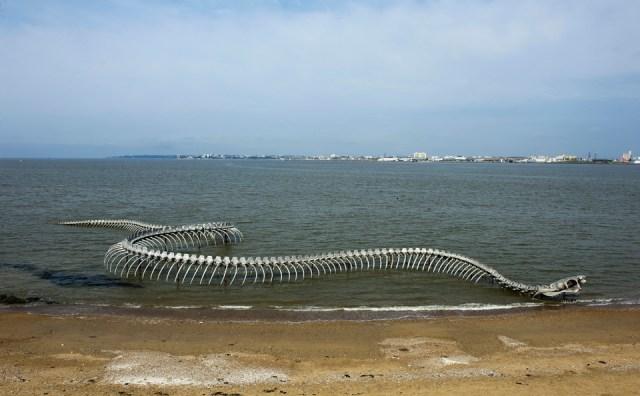 Serpent d'Ocean by Huang Yong Ping