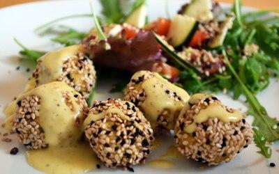 Blumige Zeiten für Falafel! Sesam-Knusperbällchen aus Blumenkohl mit Mandel-Currysauce
