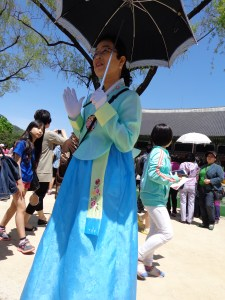 gyeongbokgung tour guide in hanbok