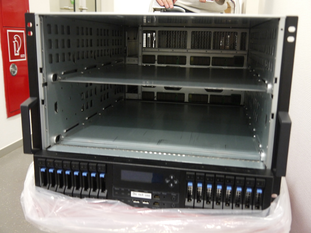 The two CPU chassis are inserted into the overall chassis. Below are 2 SAS SSDs and 14 SAS HDDs for high-speed local storage.