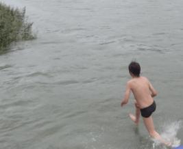 Jos juoksee riittävän nopeasti voi ylittää salmen uppoamatta veteen!