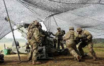 Lính Mỹ bắn pháo M777 trong diễn tập chiến đấu cho cuộc tập trận Nhát Kiếm (Ảnh: Andrejs Strokins)