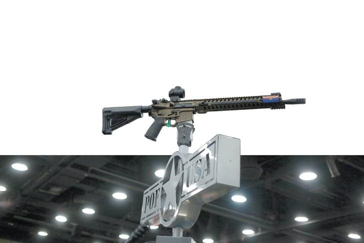 Một khẩu AR-15, giống như khẩu súng trường Omar Mateen dùng trong vụ thảm sát hôm 12-6 ở Orlando, được trưng bày tại hội nghị thường niên của NRA ở Louisville, Kentucky, hôm 20-5-2016. (Luke Sharrett/Bloomberg/Getty Images)