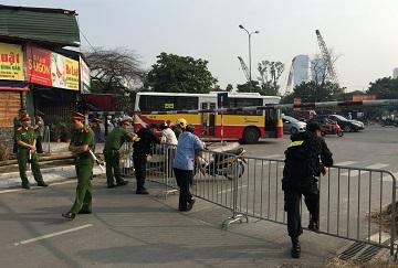 Công an chặn đường tới một Tòa án Nhân dân Cấp cao trước phiên phúc thẩm xử một blogger người Việt nổi tiếng (Ảnh: Nguyen Tien Thinh/Reuters)