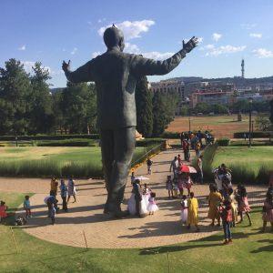 Mariage aux pieds de Mandela.Légende.V.K
