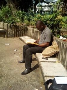 L'étudiant, Djiho Mondjèdé lisant au milieu de ces imondices. Ph.S.K