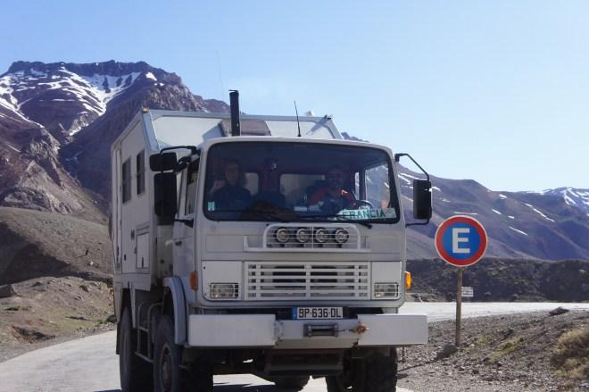 Philippe et Catherine à bord de leur camion de pompier transformé en camping-car