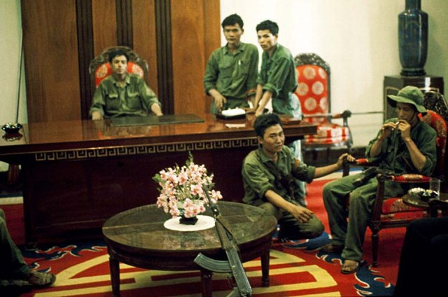 VIETNAM - APRIL 30:  Saigon in Vietnam on April 30, 1975 - G.P.R soldiers and North Vietnamese soldiers in Doc Lap palace after the fall of Saigon on April 30,1975  (Photo by Herve GLOAGUEN/Gamma-Rapho via Getty Images)