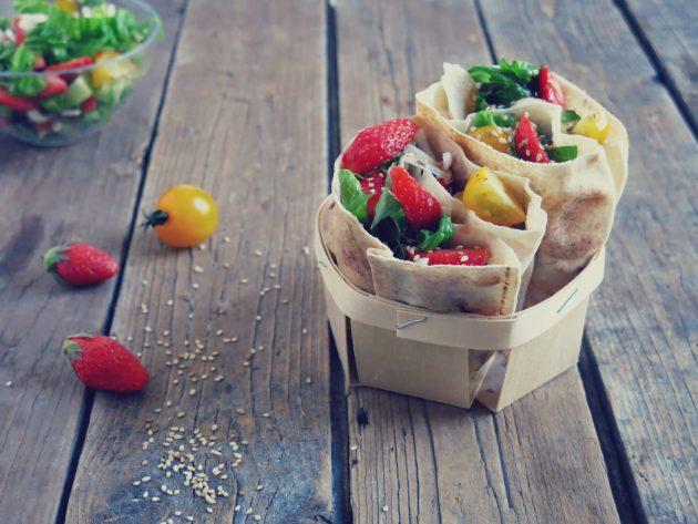 pain libanais fraises et  tomates