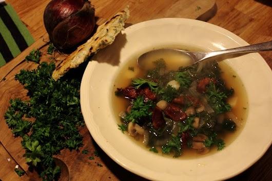 Klar suppe med champignon, løg og grønkål
