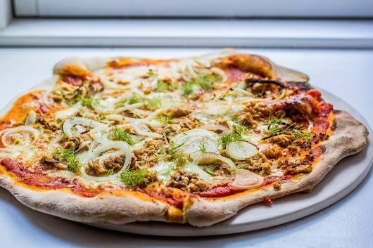 Pizza med tun, løg, fennikel og fennikeltop - Mikkel Bækgaards Madblog