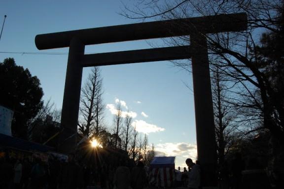 夕阳掩映之下的靖国神社入口