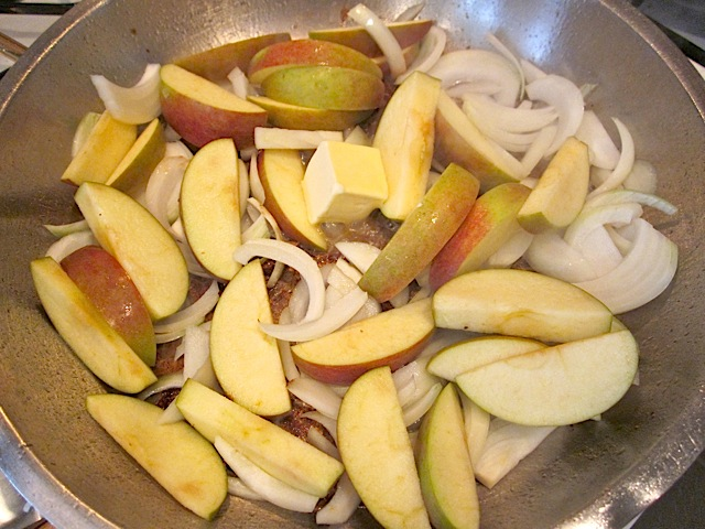 add apples onions to skillet