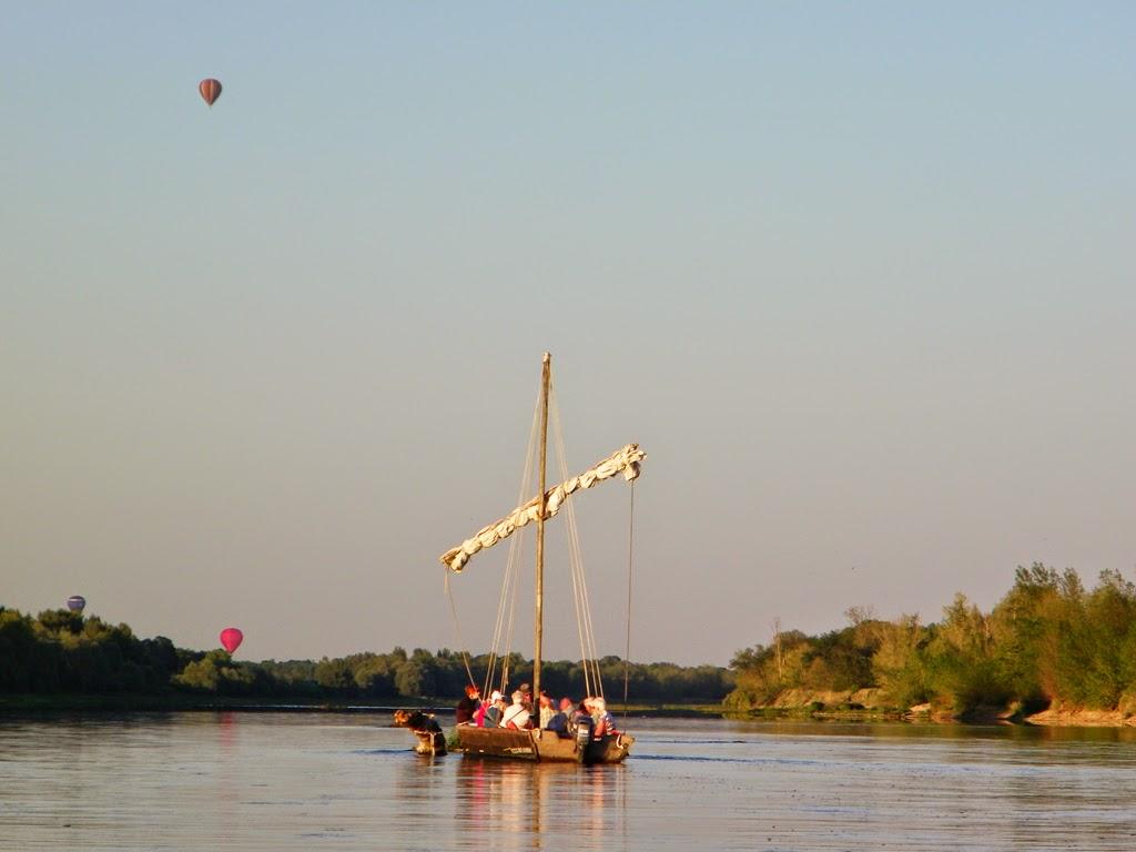 (183)bateau-traditionel-sur-la-loire-et-mongolfiere-chaumont-sur-loire©CDT41-sheimonet